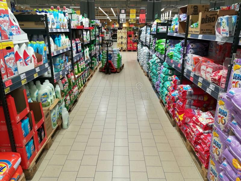 Reinigungsmittel im Supermarkt lizenzfreie stockfotos