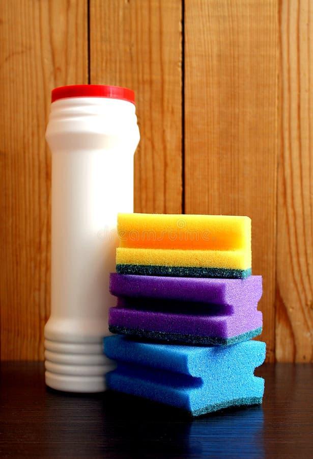 Reinigungsmittel und Schwamm für waschende Teller lizenzfreie stockfotografie