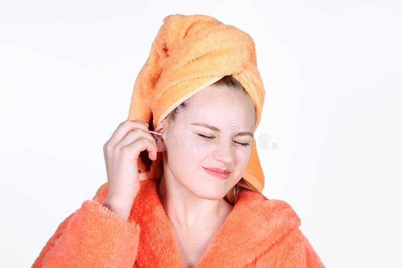 Reinigungsohren der persönlichen Hygiene des Jugendlichen mit Wattestäbchen stockfotos