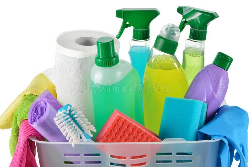 Reinigungsprodukte und -versorgungen in einem Korb. stockfotos