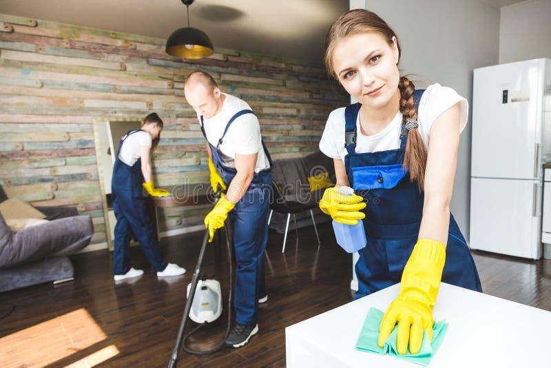 Reinigungsservice mit Berufsausr?stung w?hrend der Arbeit E stockfoto