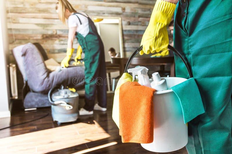 Reinigungsservice mit Berufsausr?stung w?hrend der Arbeit E stockfotografie