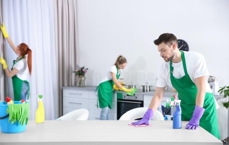 Reinigungsservice-Team, das in der Küche arbeitet lizenzfreies stockfoto