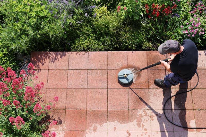 Reinigungssteinplatten mit dem Hochdruckreiniger lizenzfreies stockfoto