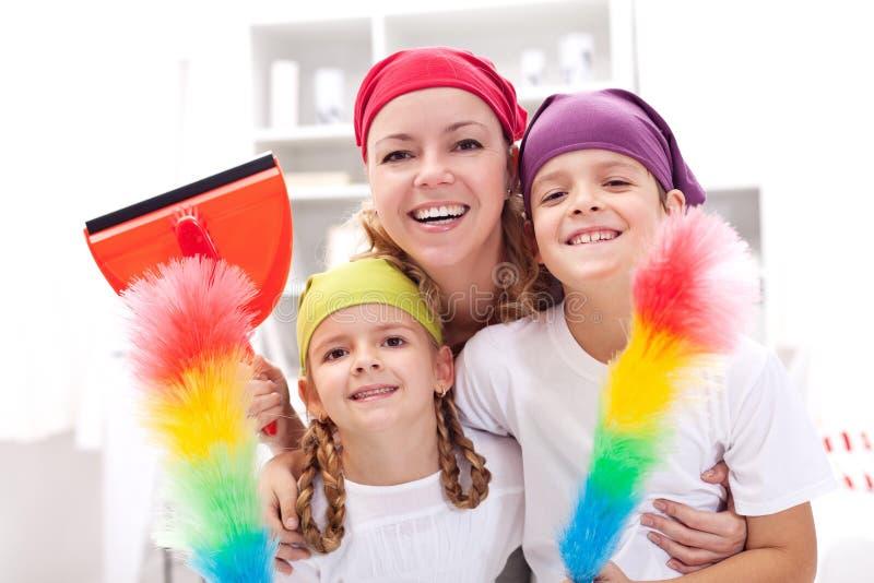 Reinigungstask force - Frau mit Kindern räumen auf lizenzfreie stockbilder