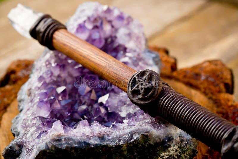 Reinigungsund aufladender wiccan Stab, mit Pentagram - Pentacle sy lizenzfreie stockbilder
