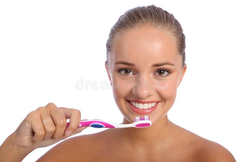 Reinigungszähne mit Zahnbürste für glückliches Mädchen lizenzfreies stockfoto