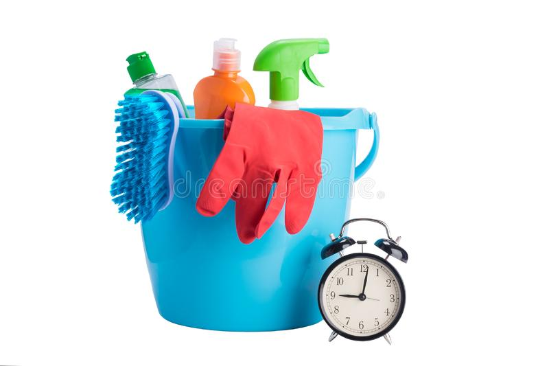 Reinigungszeitkonzept: blauer Eimer mit Einzelteilen für das Säubern in das Haus und in das Büro lokalisiert auf Weiß stockbild