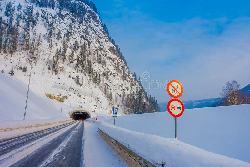 Reinli, Norvège - 26 mars 2018 : Vue extérieure de neige et de glace de route d'hiver dans la forêt, avec le signe instructif au photos libres de droits