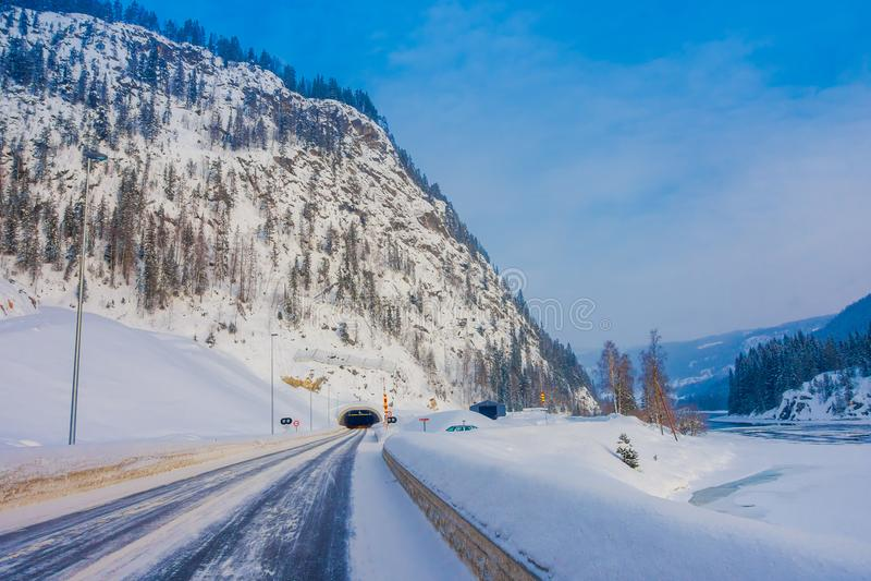Reinli, Norvège - 26 mars 2018 : Vue extérieure de neige et de glace de route d'hiver dans la forêt, avec le signe instructif au images stock