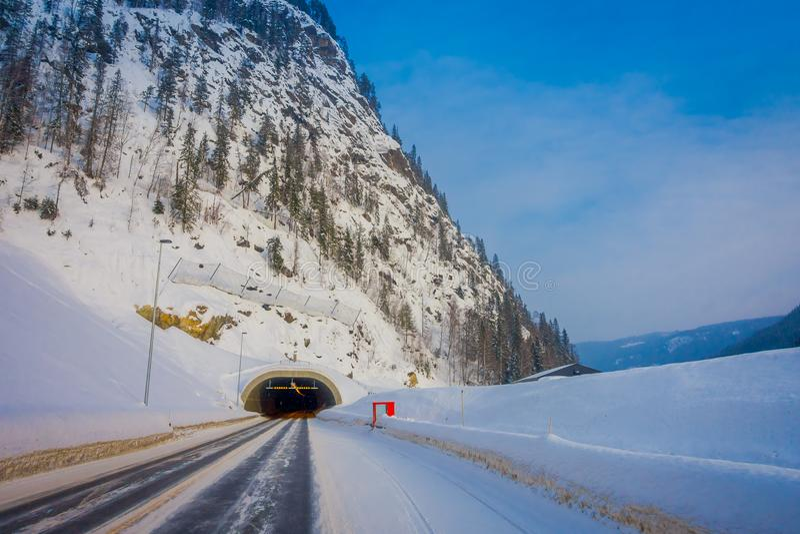 Reinli, Norvège - 26 mars 2018 : Vue extérieure de neige et de glace de route d'hiver dans la forêt, avec le signe instructif au image libre de droits