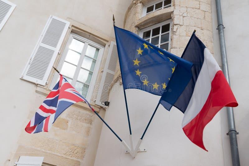 Reino Unido contra Francia, las banderas francesas de Europa colocó de lado a lado banderas del viento de la pared de Gran Bretañ foto de archivo libre de regalías