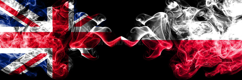 Reino Unido contra o Polônia, bandeiras místicos fumarentos polonesas colocadas de lado a lado Bandeiras de seda coloridas gros fotos de stock royalty free