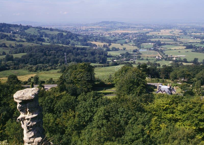 Reino Unido, Cotswolds, visión desde la colina de Leckhampton con el top de la chimenea de los diablos en el primero plano imagenes de archivo