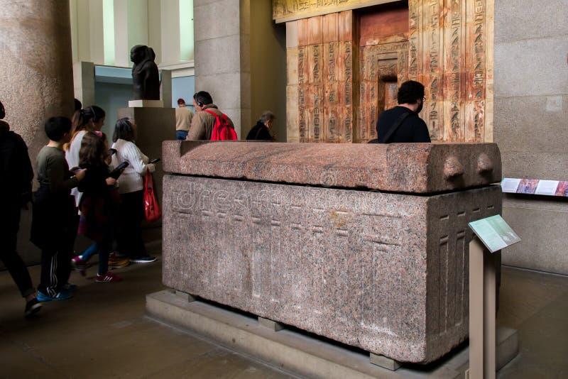 Reino Unido, Londres - 8 de abril de 2015: British Museum El sarcófago era reservado para los derechos y la élite fotos de archivo