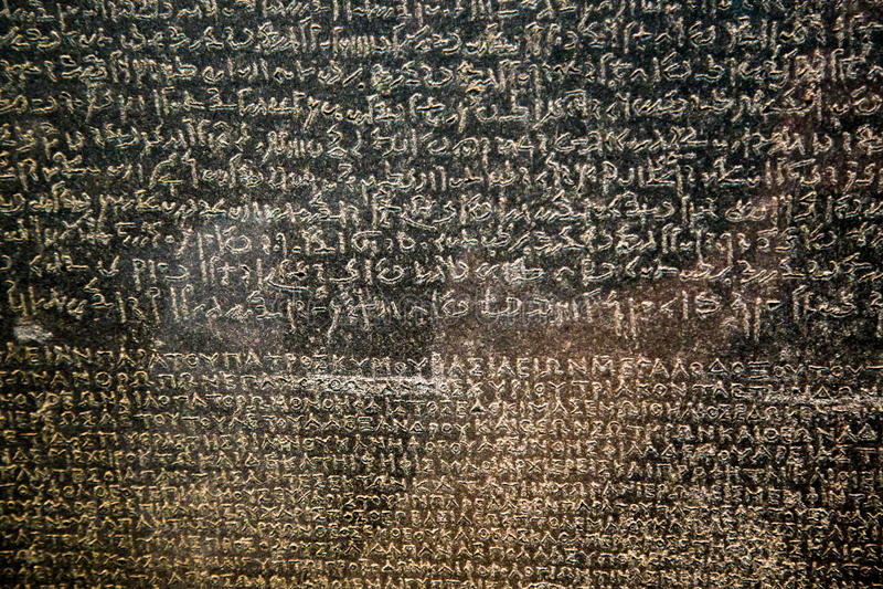 Reino Unido, Londres - 8 de abril de 2015: piedra de rosetta famosa en la macro de British Museum foto de archivo