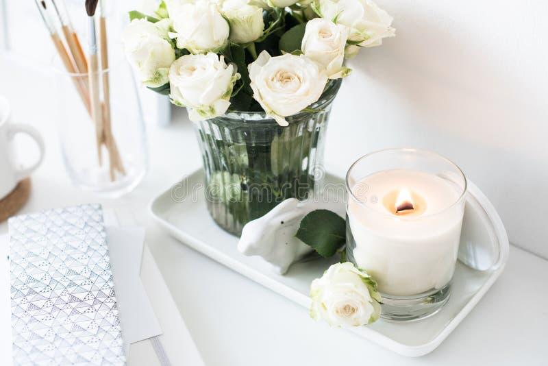 Reinrauminnendekor mit dem Brennen der handgemachten Kerze und des bouq stockfotos