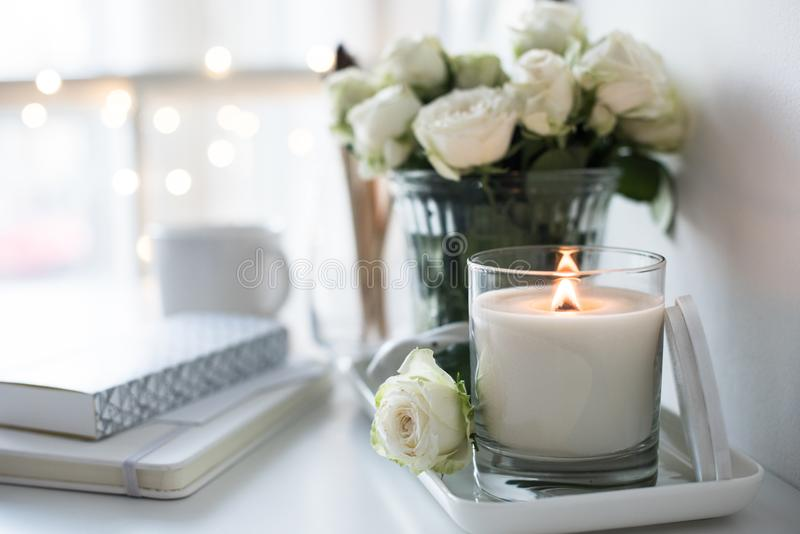 Reinrauminnendekor mit dem Brennen der handgemachten Kerze und des bouq lizenzfreies stockfoto