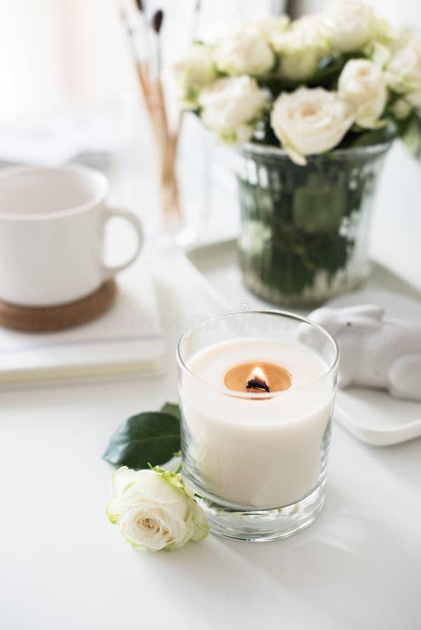 Reinrauminnendekor mit dem Brennen der handgemachten Kerze und des bouq lizenzfreie stockfotos