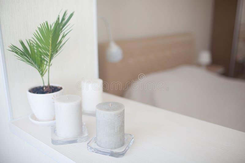 Reinrauminnendekor mit dem Brennen der handgemachten Kerze und des bouq lizenzfreie stockfotografie