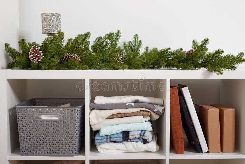 Reinrauminnenraum mit Weihnachtsdekoration, Gestell mit Einzelteilen lizenzfreie stockfotografie