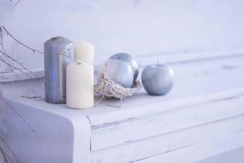 Reinraumweihnachtsinnendekor mit handgemachter Kerze und bouq auf einem weißen Klavier stockbilder