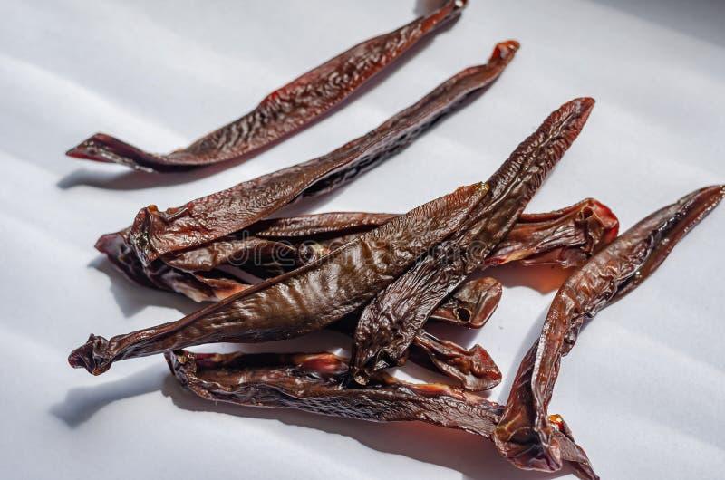 Reins de porc bâtons Moitié-fumés de viande Jerkeys et délicatesses Renversement de tir vers le bas Macro Fond blanc Rayons de Su photo stock