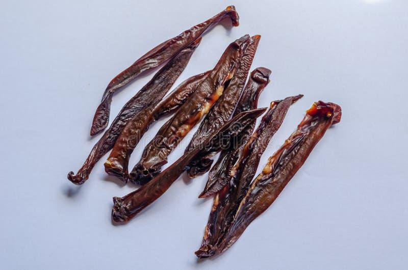 Reins de rôti de porc Casse-croûte national traditionnel Renversement de tir vers le bas Macro Fond blanc photos libres de droits