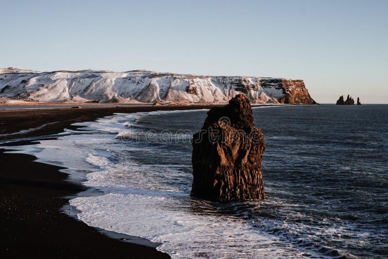 Reinsfjara strand, Island arkivfoto