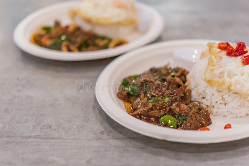 Reis überstieg mit angebratenem Schweinefleisch oder Rindfleisch und Basilikum lizenzfreies stockbild