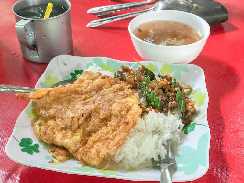 Reis überstiegen mit angebratenem Rindfleisch und Basilikum stockfotos
