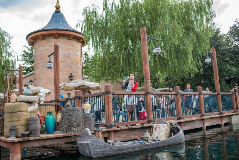 Reis aan Crystal Grotto in Shanghai Disneyland royalty-vrije stock afbeelding