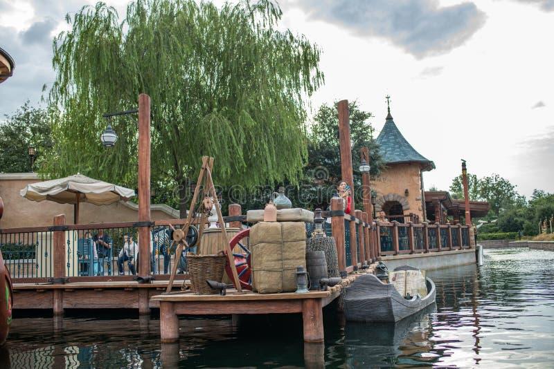 Reis aan Crystal Grotto in Shanghai Disneyland royalty-vrije stock afbeeldingen