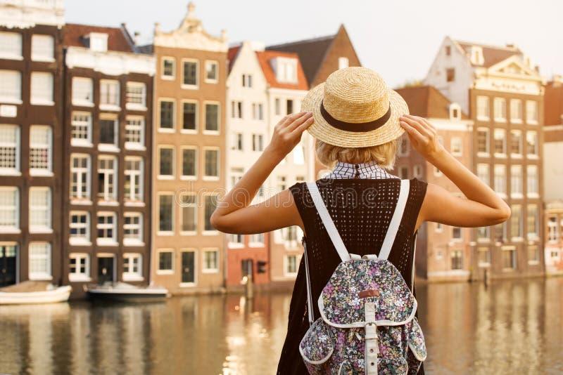 Reis in Amsterdam Mooie vrouw op vakantie in de stad van Amsterdam royalty-vrije stock fotografie