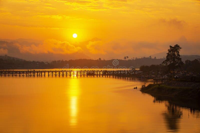 reis Azi? De levensstijl van de waterkant van de Mon-gemeenschap Gouden ochtendlicht De Monbrug is de lange houten brug Mondorp, stock foto