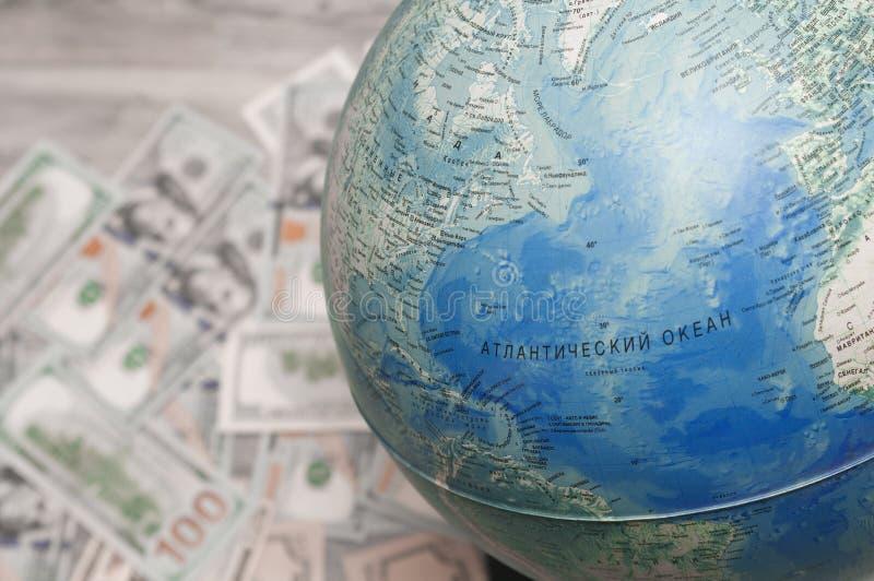 reis concept Bol, geld die voor een reis, vakantiekeus voorbereidingen treffen royalty-vrije stock afbeeldingen