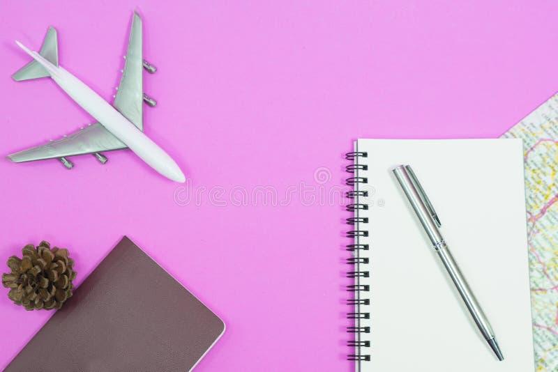 reis concept Leeg notitieboekje met pen en kaart op roze stock fotografie