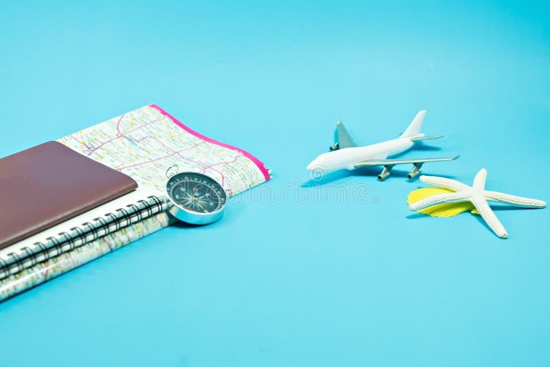 reis concept Leeg paspoort met notitieboekje en kaart royalty-vrije stock fotografie