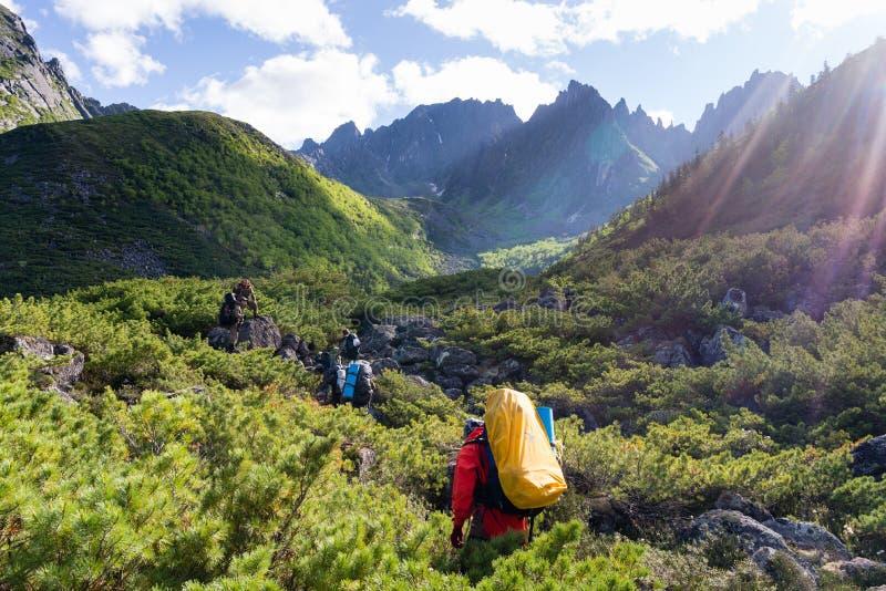 Reis de bergen Dusse Alin Russia het Verre Oosten Khabarovsk Krai Een mooie vallei in de bergen Dusse Alin royalty-vrije stock afbeeldingen