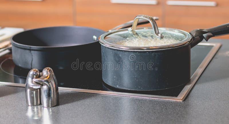 Reis, der in einer Kasserolle auf einem Gewindebohrer kocht stockfoto