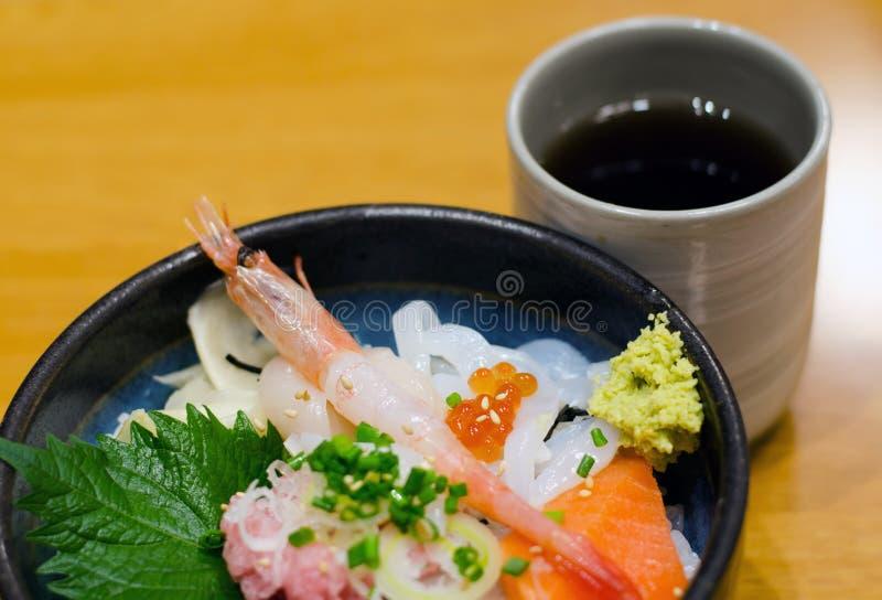 Reis der rohen Meeresfrüchte der japanischen Art mit Tee lizenzfreies stockfoto