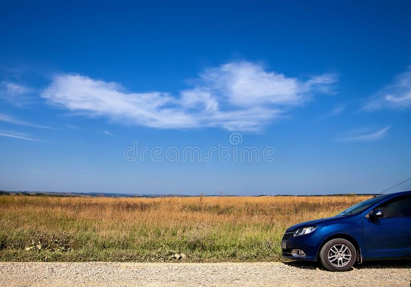 Reis door auto Witte wolk op blauwe hemel stock afbeelding