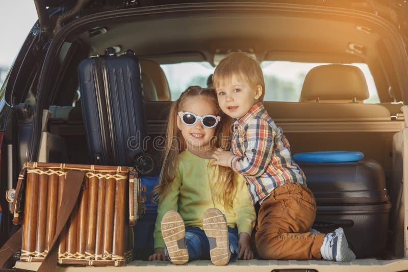 Reis door de reis samen vakantie van de autofamilie royalty-vrije stock foto