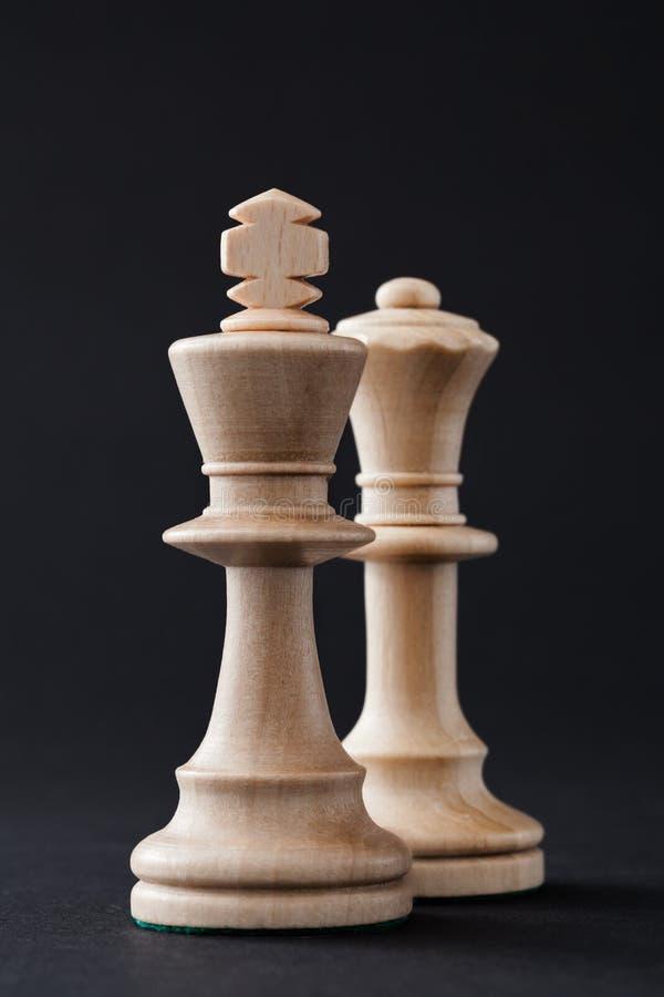 Reis e figuras brancos da xadrez da rainha fotografia de stock royalty free