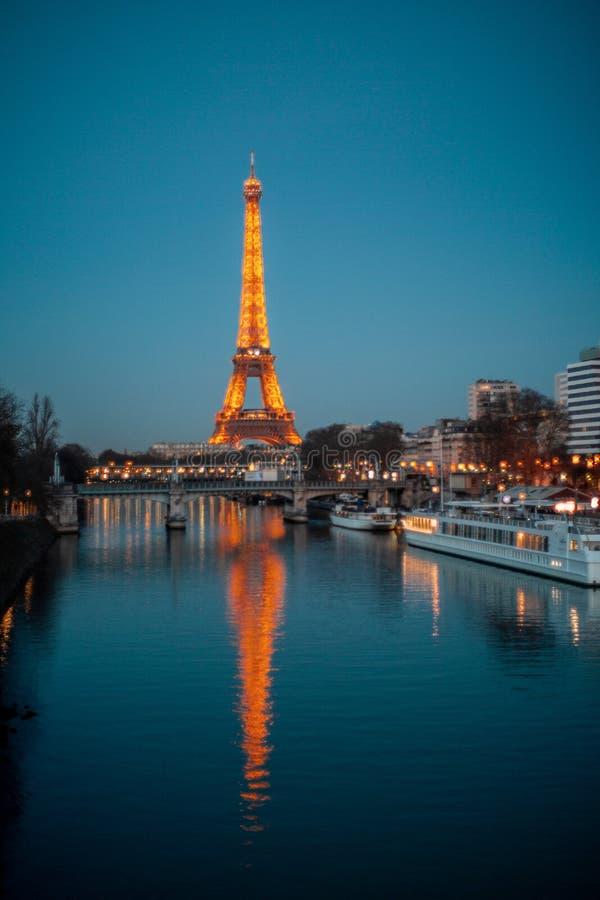 Reis Eiffel in de nacht stock fotografie