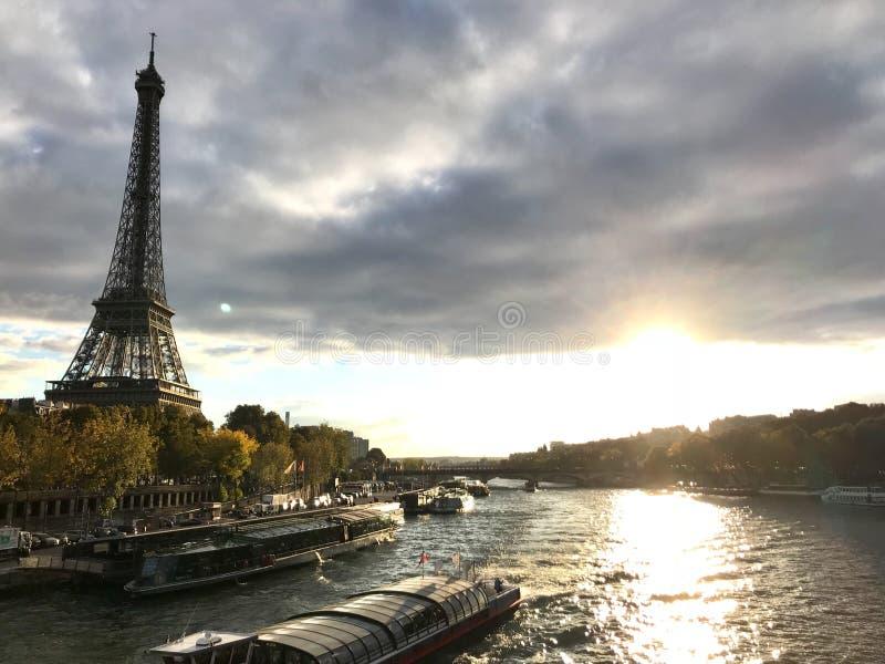 Reis Eiffel met zonsondergang van de zegen stock afbeelding