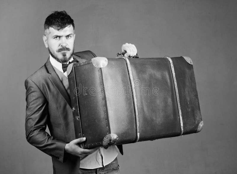 Reis en bagageconcept Hipsterreiziger met bagage Bagageverzekering De mens verzorgde goed gebaarde hipster met groot stock afbeelding