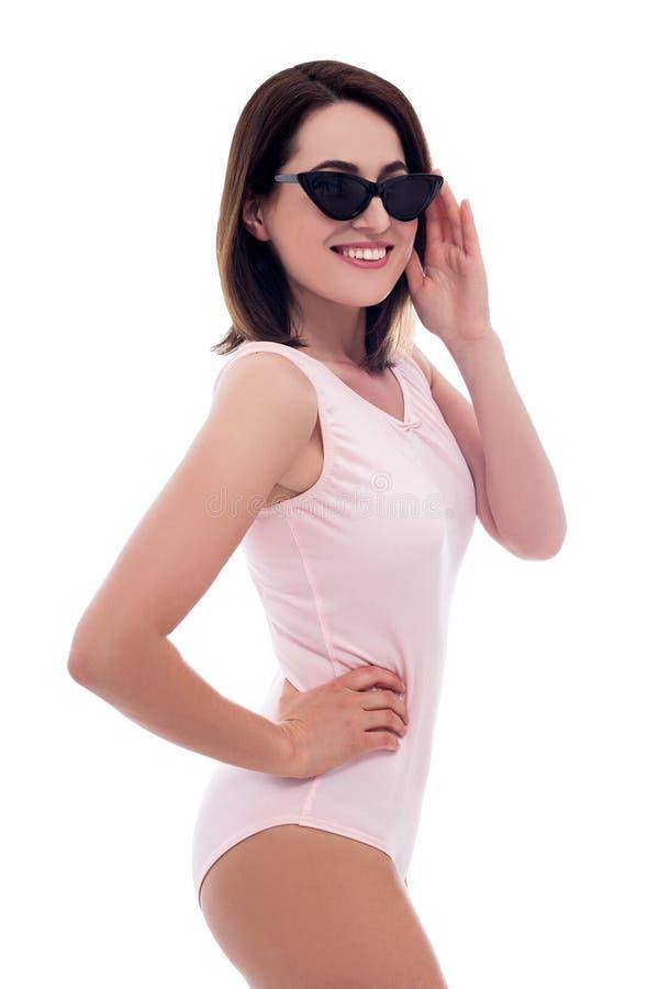 Reis en de zomerconcept - portret van jonge mooie vrouw in roze die zwempak op wit wordt geïsoleerd royalty-vrije stock fotografie
