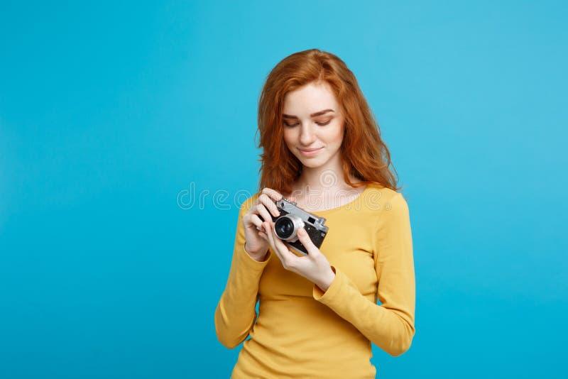 Reis en Mensenconcept - Headshot-Portret van het gelukkige meisje van het gember rode haar klaar om met uitstekende camera in gel stock afbeelding