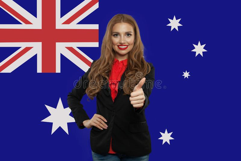Reis en studie in het concept van Australi? met Mooie studente tegen Australische vlagachtergrond royalty-vrije stock foto